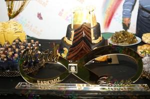 parti masası ve doğum günü pastası